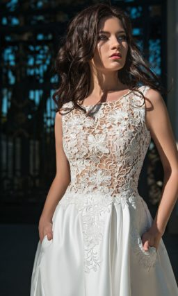 Свадебное платье с фактурным верхом и роскошной атласной юбкой.