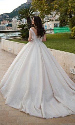 Пышное свадебное платье с отделкой бахромой по лифу.