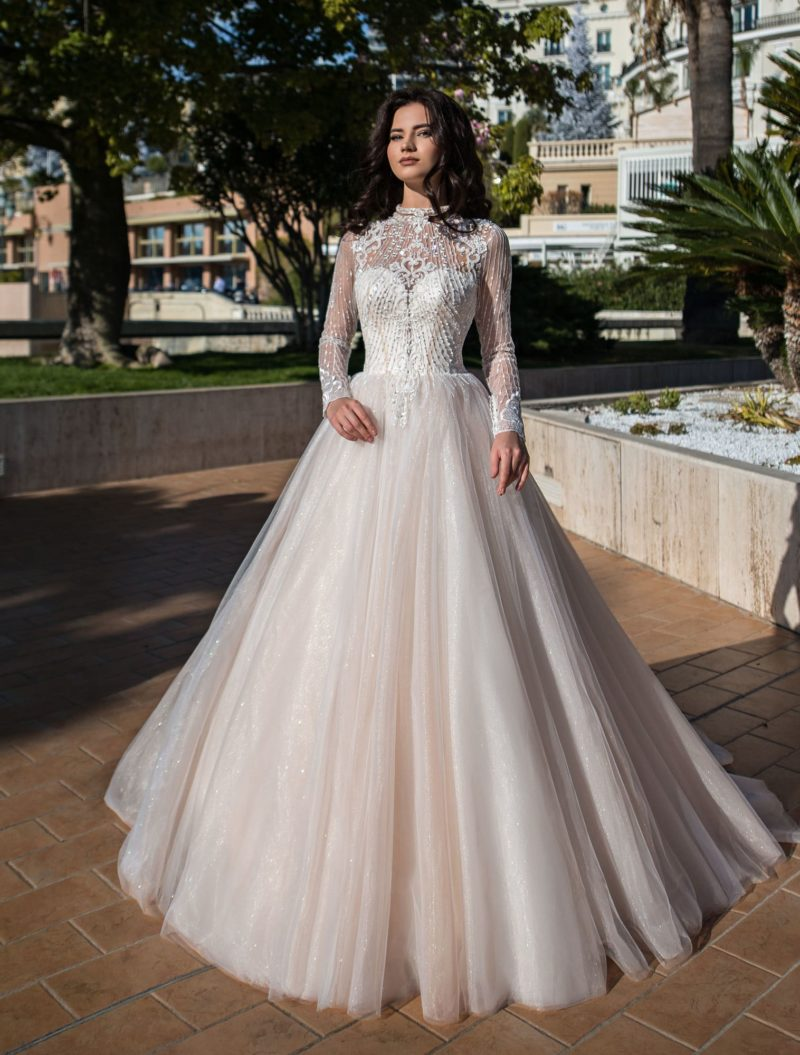 Сверкающее свадебное платье пышного кроя с длинным шлейфом.