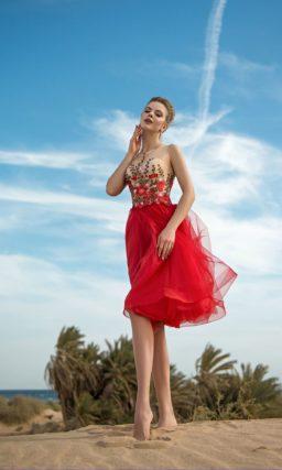 Красное вечернее платье с вышивкой и юбкой длиной до колена.