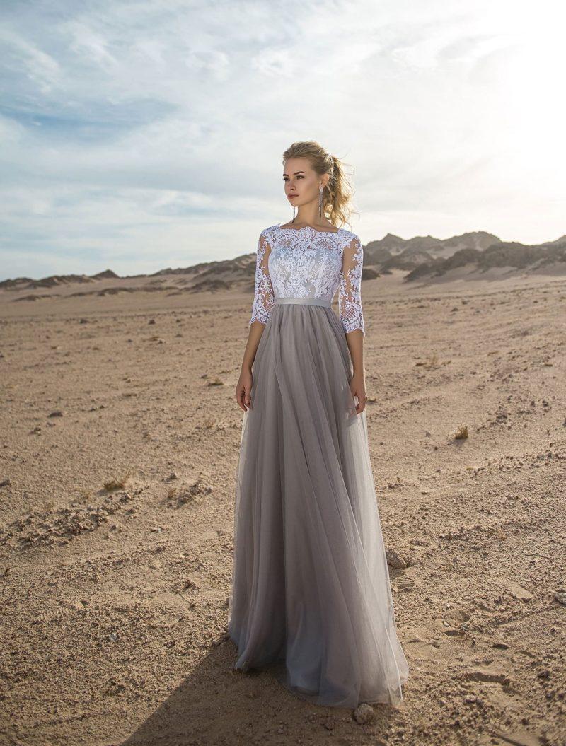Серое вечернее платье с белым кружевным лифом.