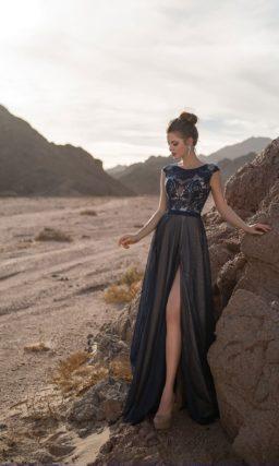 Платье с разрезом на юбке