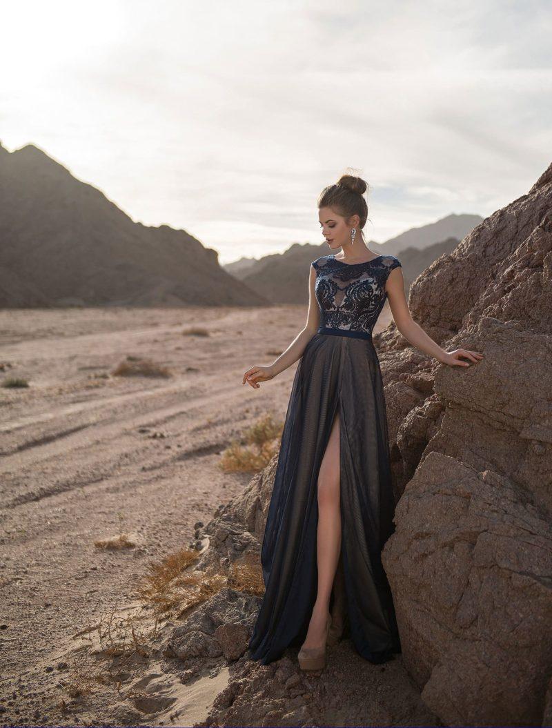 Прямое вечернее платье с закрытым верхом и разрезом на юбке.