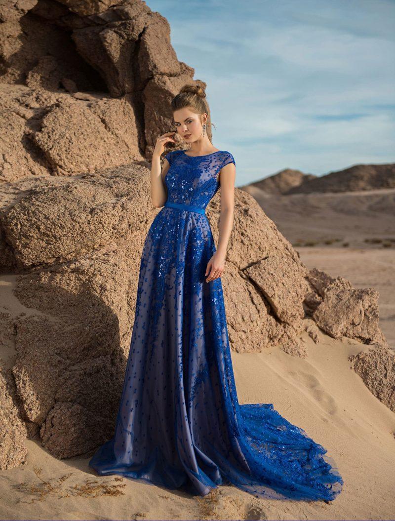 Синее вечернее платье с открытой спинкой и шлейфом.