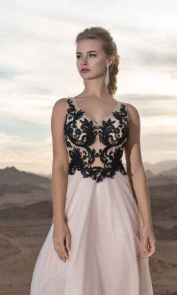 Розовое вечернее платье прямого кроя с черными аппликациями.