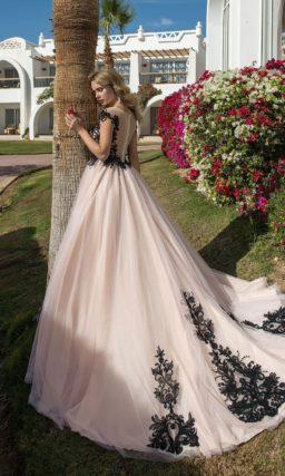 Розовое вечернее платье с пышной юбкой и черным декором.