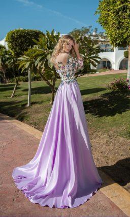 Фиолетовое вечернее платье с атласным низом и аппликациями по лифу.