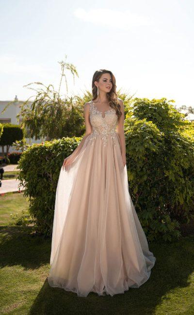 Бежевое вечернее платье с кружевом и многослойной юбкой в пол.