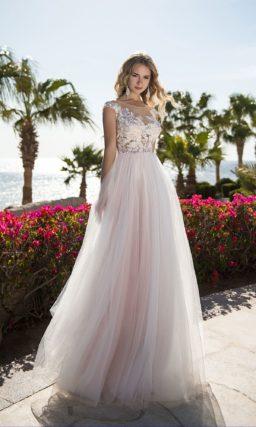 Вечернее платье с полупрозрачным верхом и юбкой в пол.