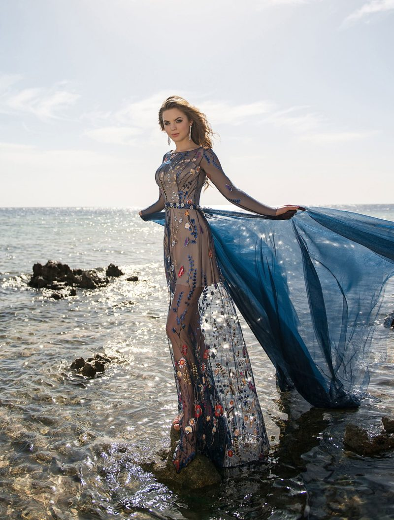 Темно-синее вечернее платье в пол, покрытое цветной вышивкой.