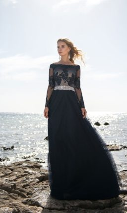 Вечернее платье темно-синего цвета с портретным декольте.
