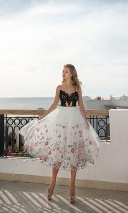 Вечернее платье с черным кружевным лифом и белой юбкой миди.