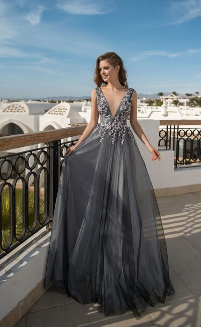 Серое вечернее платье с объемным декором и юбкой в пол.