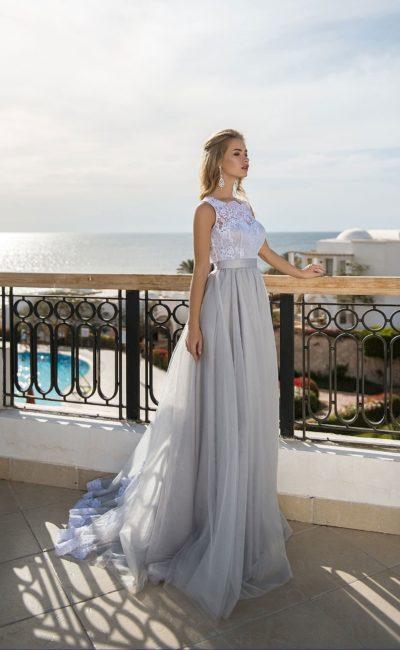 Голубое вечернее платье с юбкой в пол и открытой спиной.