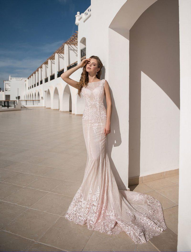 Облегающее вечернее платье кремового цвета со шлейфом.