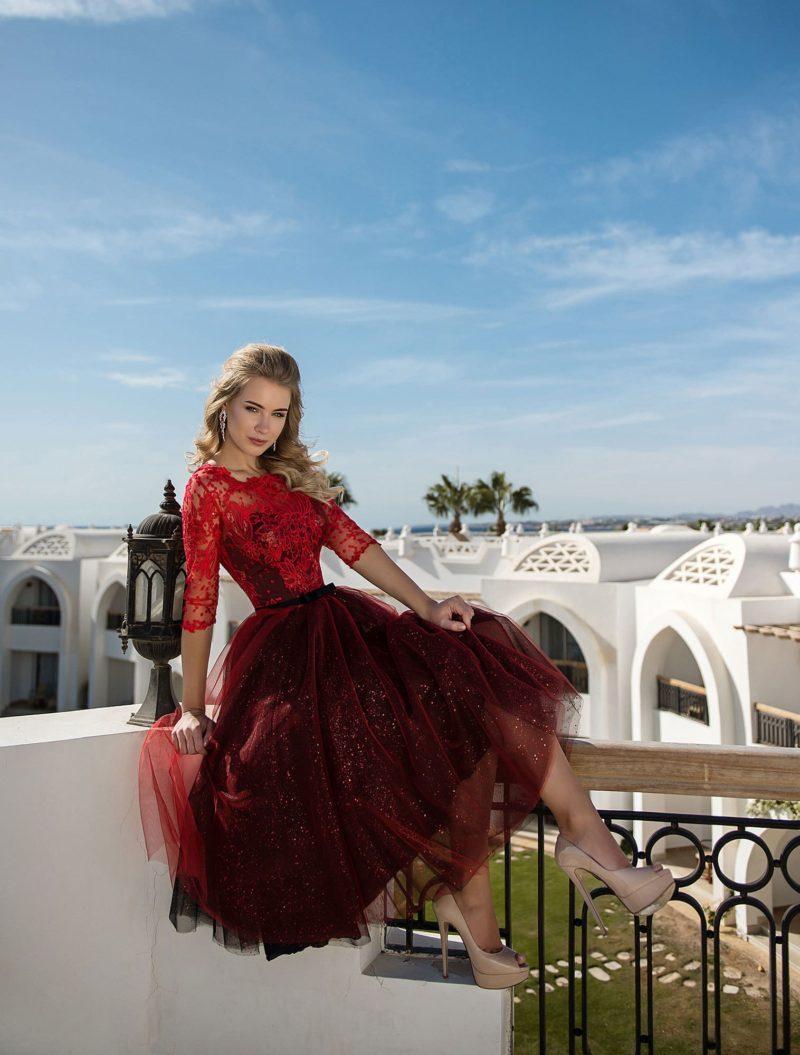 Красное вечернее платье миди с рукавом три четверти.