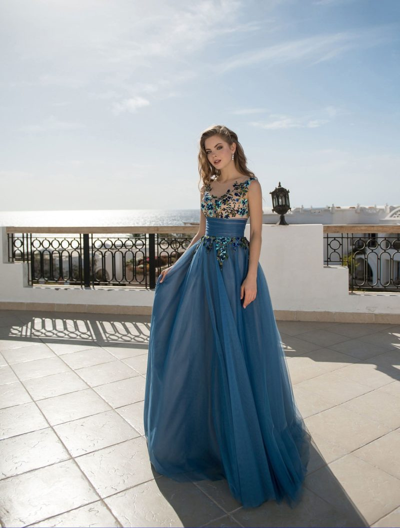 Романтичное синее вечернее платье с широким поясом на талии.