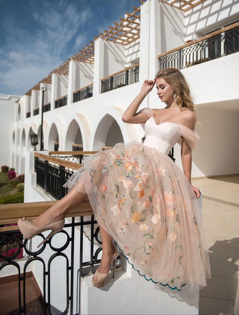 Кремовое вечернее платье с открытым верхом и вышивкой.