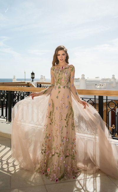 Бежевое вечернее платье с роскошной цветочной вышивкой.