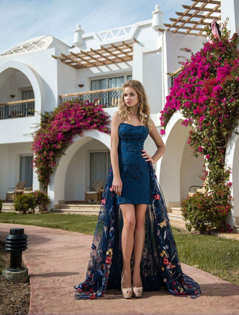 Синее вечернее платье со съемным шлейфом с вышивкой.