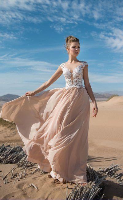 Бежевое вечернее платье прямого кроя с белым кружевом по лифу.