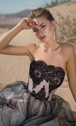 Дымчато-серое вечернее платье с розовой атласной подкладкой.