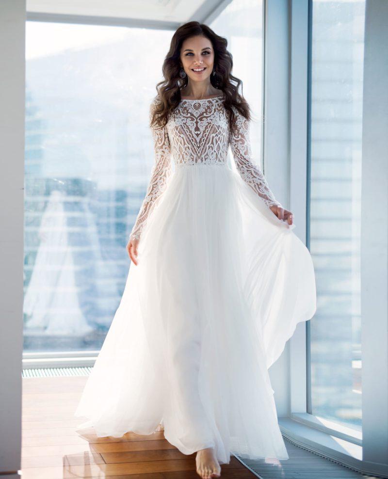 Свадебное платье с закрытым лифом и кружевным рукавом.