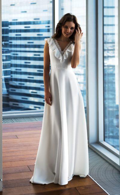 Атласное платье с вырезом