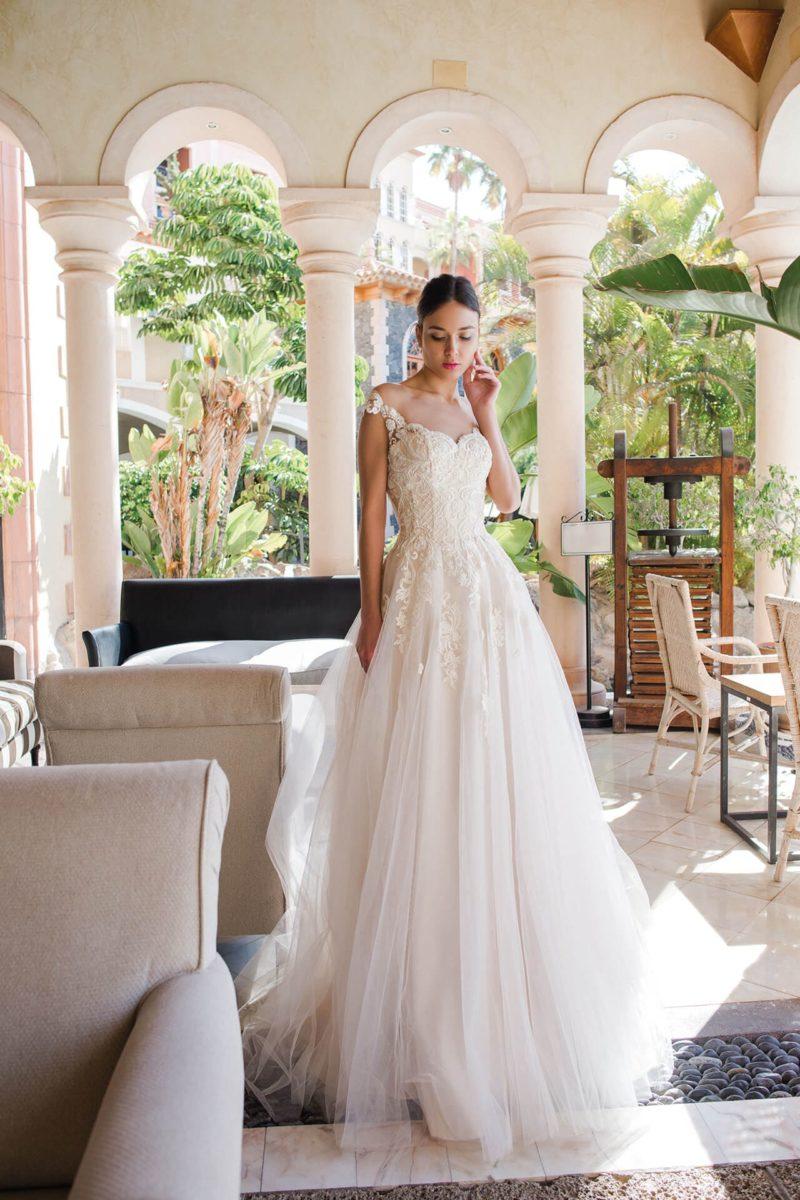 Воздушное свадебное платье с оригинальной спинкой и кружевным декором.