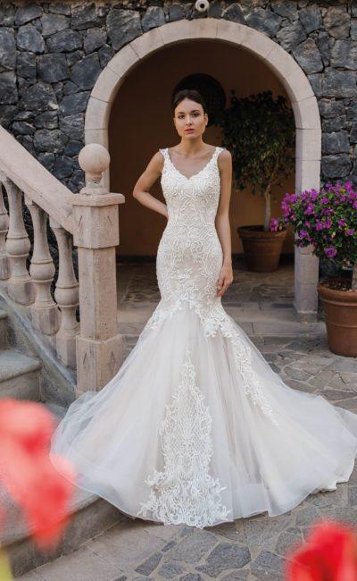 Кружевное свадебное платье «рыбка» с глубоким вырезом сзади.