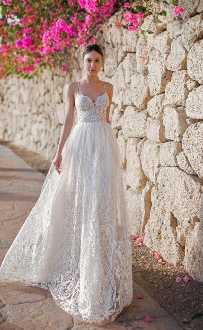 Свадебное платье с оригинальной спинкой и стильным кружевом.