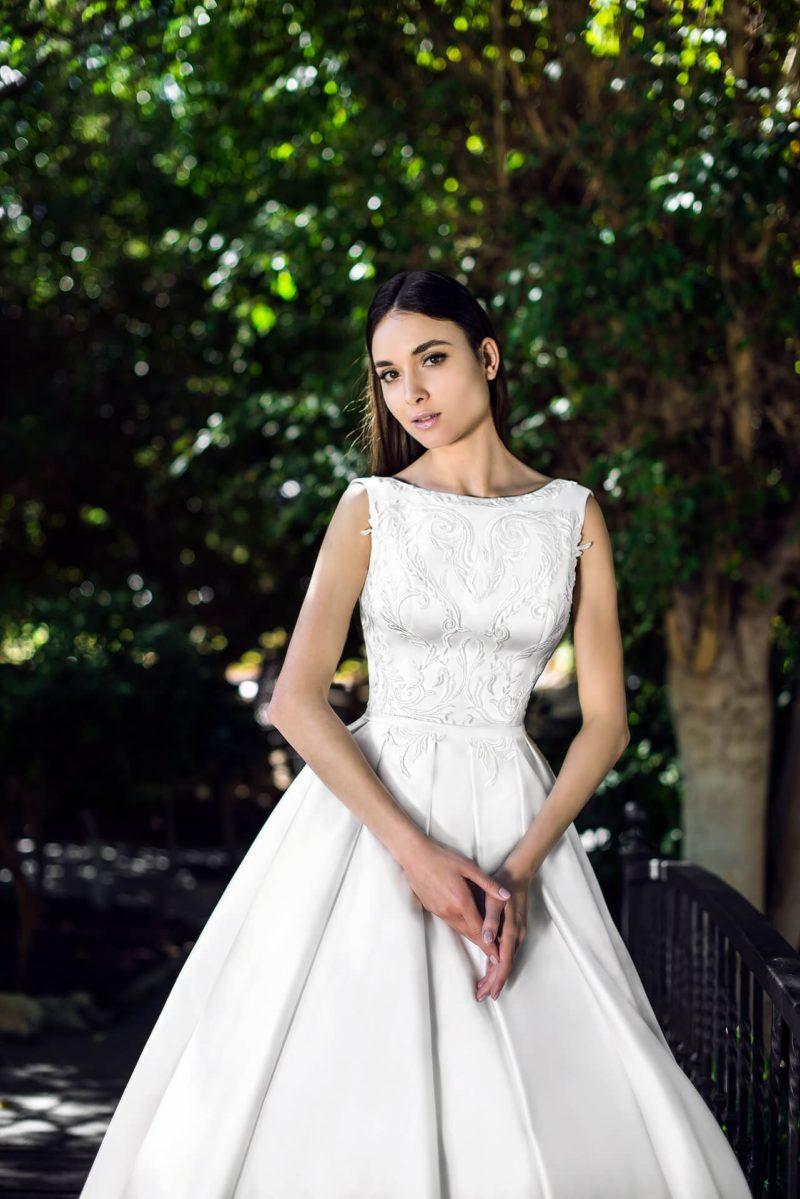 Лаконичное атласное свадебное платье с роскошным шлейфом.