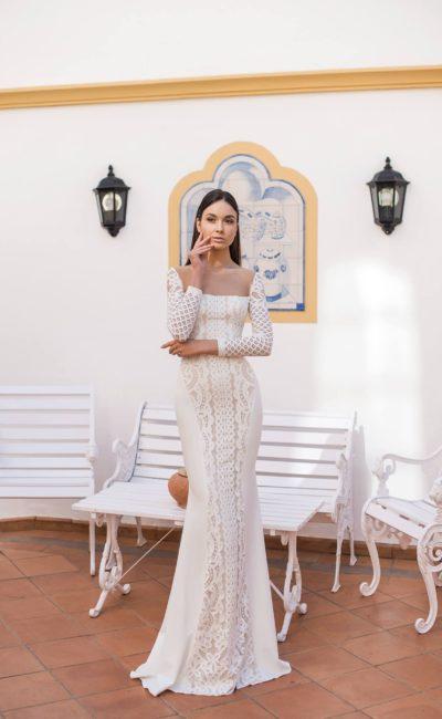 Облегающее свадебное платье с кружевной вставкой и длинным рукавом.