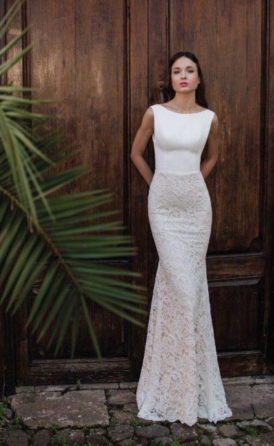 Облегающее свадебное платье с открытой спинкой и кружевным подолом.