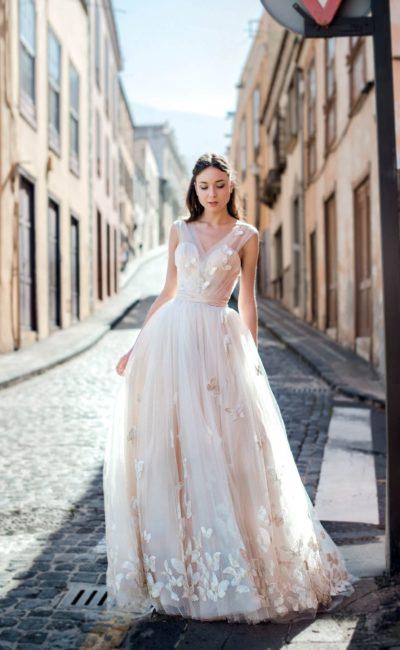 Пышное свадебное платье с открытой спинкой и декором аппликациями.