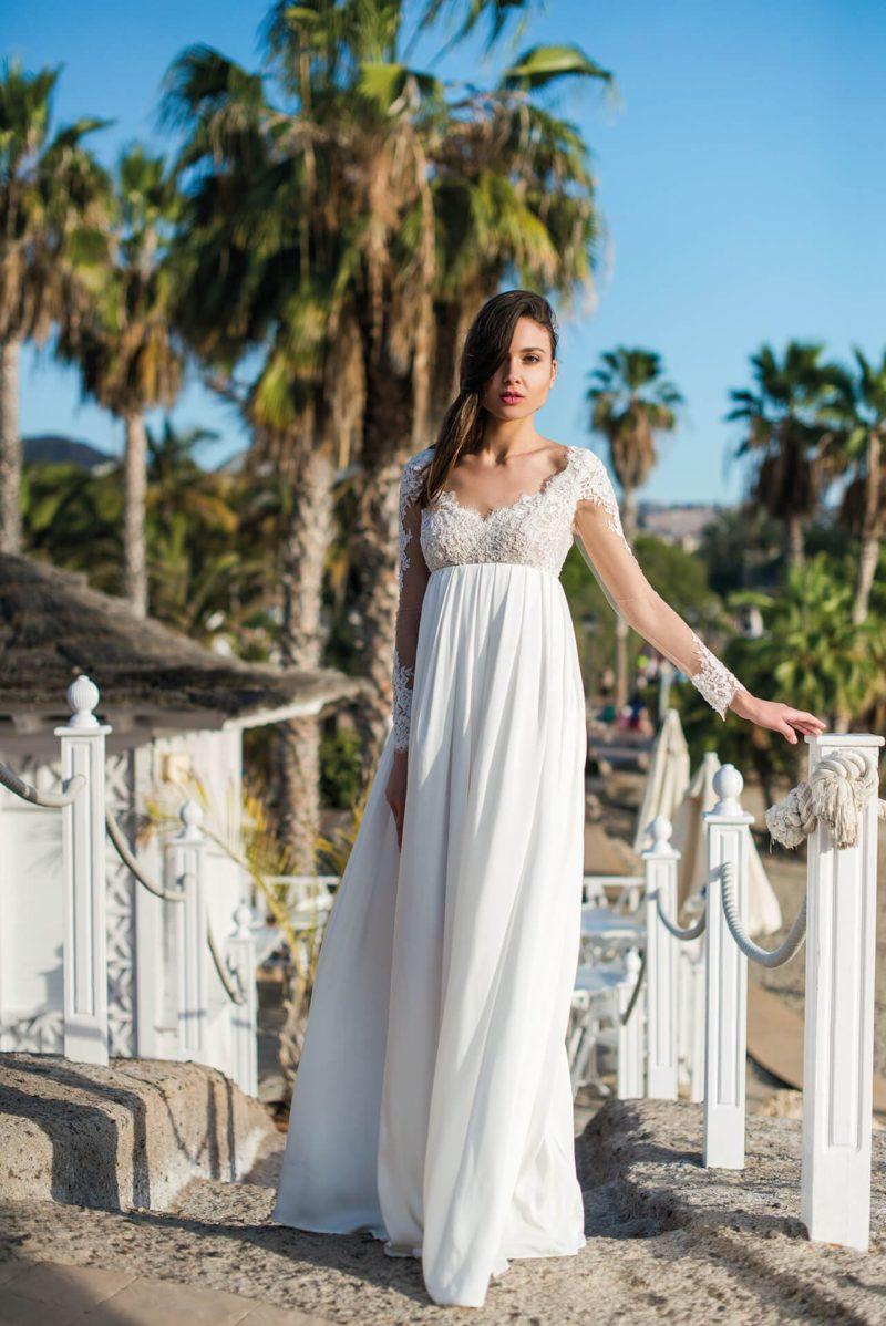 Ампирное свадебное платье с кружевным лифом и длинным рукавом.