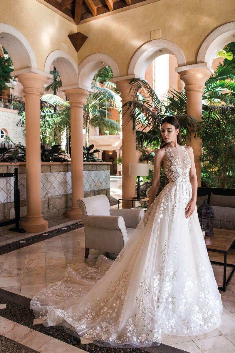Свадебное платье с американской проймой и шикарным шлейфом.