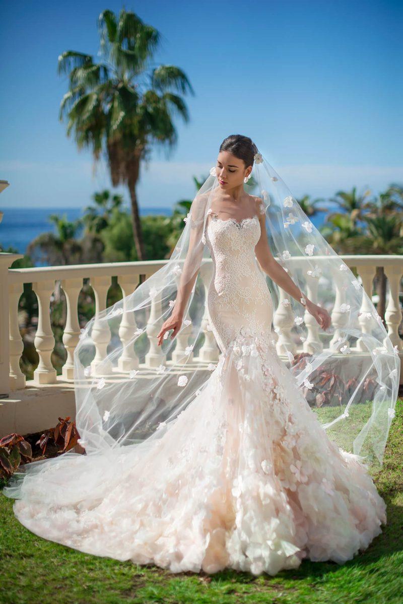 Персиковое свадебное платье «рыбка» с белым кружевным декором.