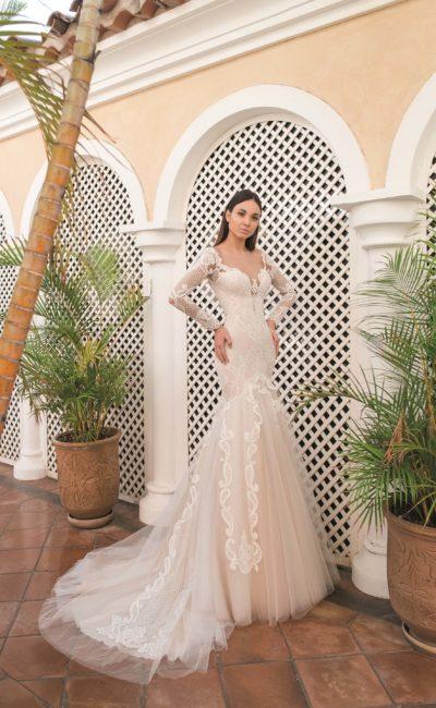 Пудровое свадебное платье «русалка» с полупрозрачным рукавом.