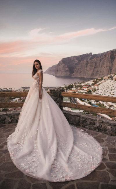 Свадебное платье пышного силуэта с нежной объемной отделкой.