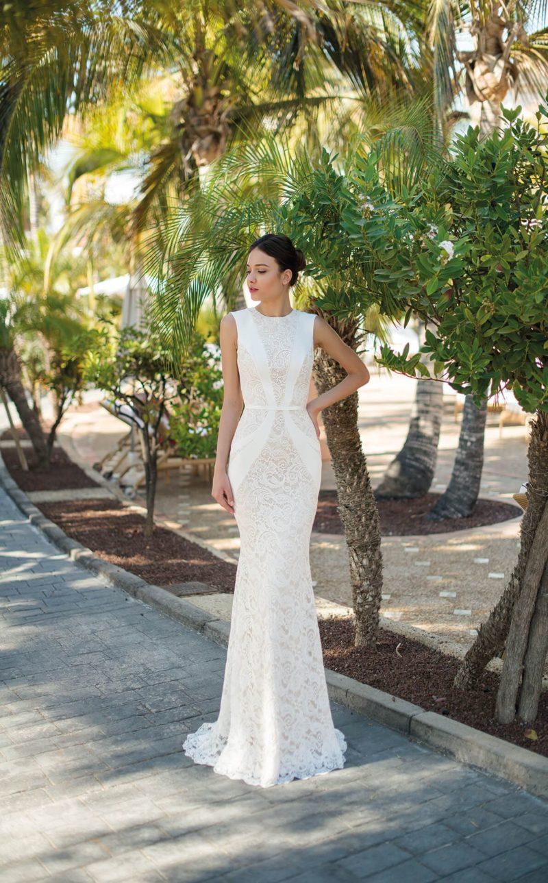 Облегающее свадебное платье с эффектным кружевом и узким поясом.