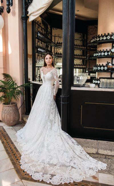 Свадебное платье с эффектным вырезом и длинным шлейфом.