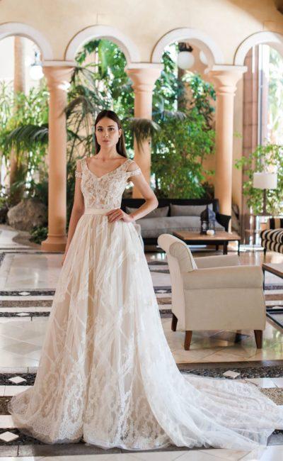 Воздушное свадебное платье с двойными бретелями на лифе.