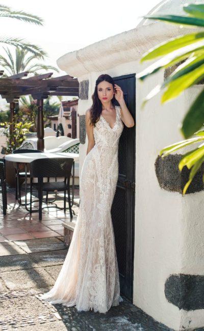 Свадебное платье «рыбка» оттенка слоновой кости, покрытое кружевом.