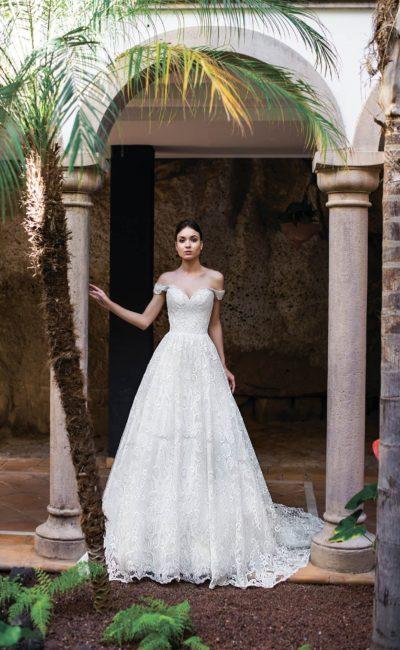 Воздушное свадебное платье с кружевом и открытым лифом.