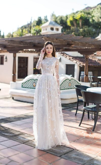 Элегантное кружевное свадебное платье с закрытым лифом.