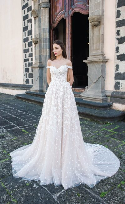 Фактурное свадебное платье с роскошным полукругом шлейфа.
