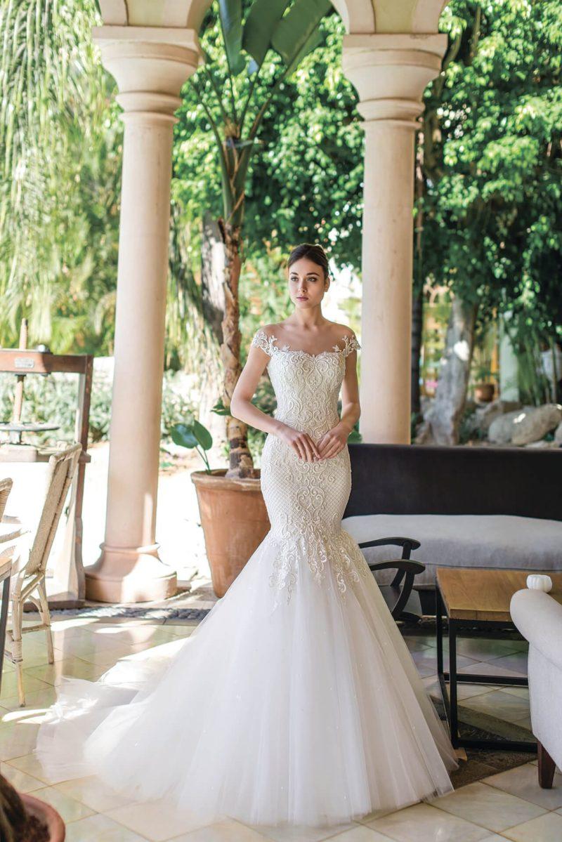 Свадебное платье «рыбка» с фактурным декором и тонкой вставкой сзади.