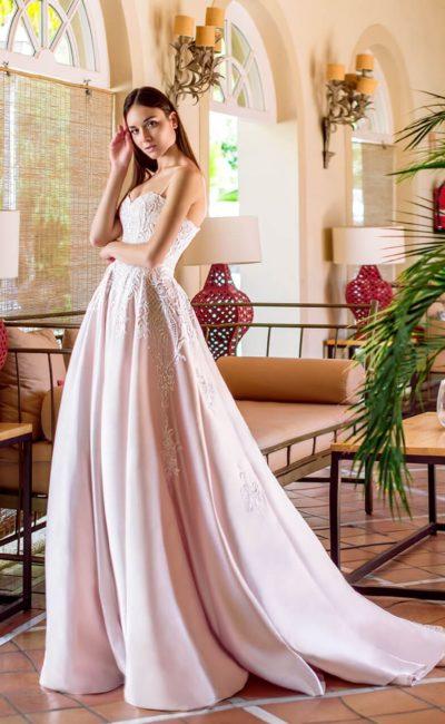 Атласное розовое свадебное платье с бретельками-спагетти.