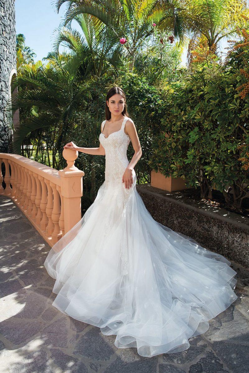 Свадебное платье «рыбка» с роскошным шлейфом и лифом на бретелях.